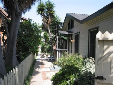 5 GREAT BUNGALOWS ON LARGE LOT